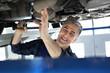 Stacja kontroli pojazdów, samochód na przeglądzie technicznym.