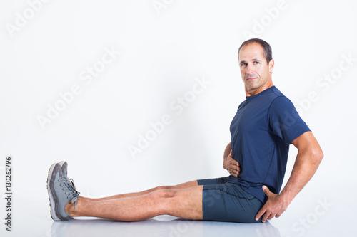 homme sportif expliquant la bonne position du dos Poster