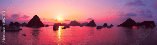 Foto op Aluminium Lichtroze Pink sky, sunset. Panorama of Halong Bay, Vietnam