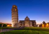 Nocny widok na katedrę w Pizie (Katedra w Pizie) z Krzywą Wieżą w Pizie (Pisa Tower) na Piazza dei Miracoli w Pizie, Toskania, Włochy