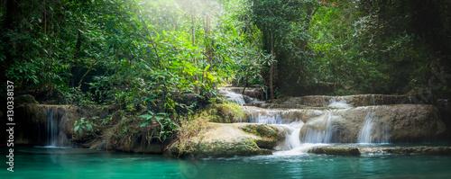 Panorama Wodospad Erawan, piękny wodospad w lesie w Parku Narodowym Erawan - Piękny wodospad na rzece Kwai. Kanchanaburi, Tajlandia
