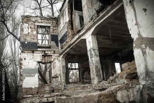 Fotobehang Oude verlaten gebouwen the ruins of the destroyed building