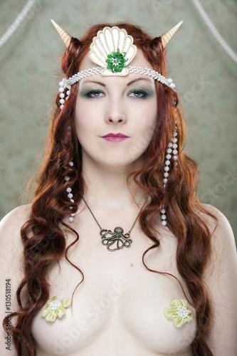 20er Jahre Meerjungfrau - Burlesque Tänzerin / Künstlerin vor Bühnenvorhang Poster