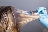 Profesjonalny salon fryzjerski farbowanie włosów jej klienta w salonie. Selektywna ostrość.