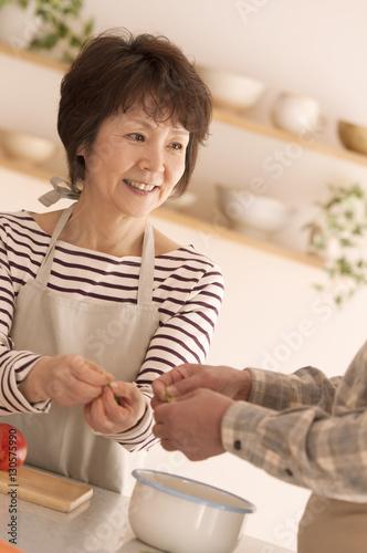 料理をするシニア女性 Poster