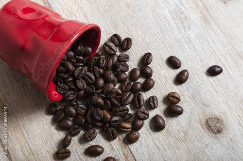 Papiers peints Café en grains Tazza di caffè rossa con chicchi