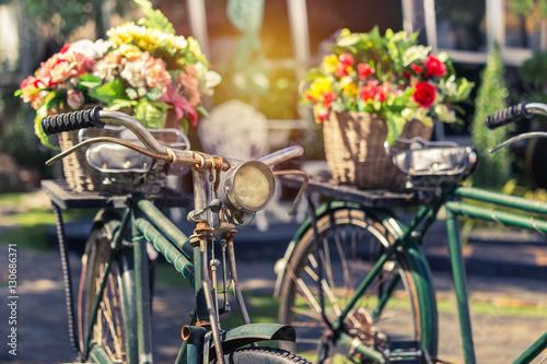 bliska rocznika rower z bukiet kwiatów w koszyku w stylu vintage ton
