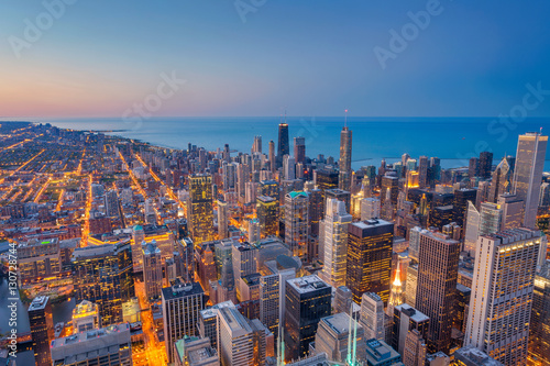 Poster Chicago Chicago. Cityscape image of Chicago downtown during twilight blue hour.
