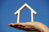 maison dans main de femme - 130891991