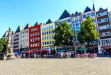 Eine Reihe bunter  Häuser am Alter Markt in Köln - 131094983