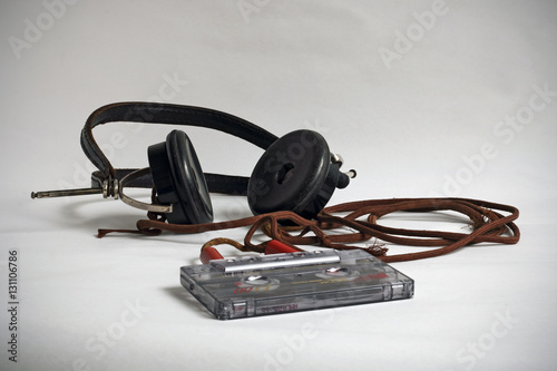 Auriculares antiguos y cassette Poster