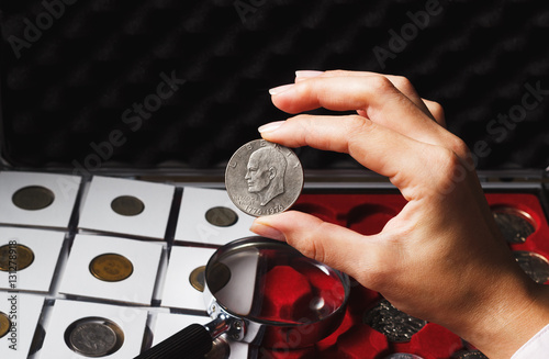 Plakat Woman looks at the Dollar coin