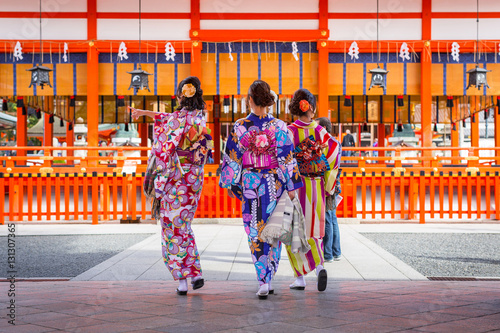 In de dag Kyoto Women in traditional japanese kimonos on the street of Kyoto, Japan.