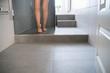 Leinwanddruck Bild - frau geht in die dusche in ihrem modernen bad