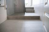 bodenfliesen in einem schmalen bad mit dusche - 131360518