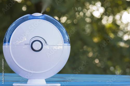 humidíficador ultrasonico expulsando vapor al aire libre Poster