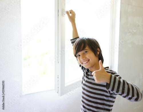 Foto Murales Kid at home opening window