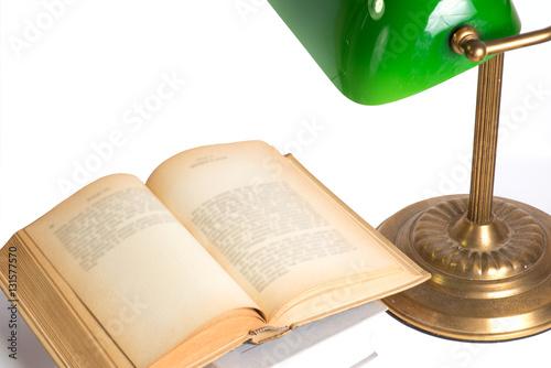Poster Eine alte Leselampe und ein Buch