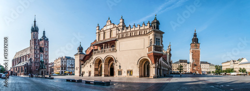 In de dag Krakau Panorama of Main Market Square (Rynek) in Cracow, Poland with the Renaissance Drapers' Hall (Sukiennice), Gothic St Mary church, medieval city hall tower. The biggest medieval market square in Europe