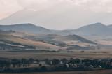 Letni krajobraz z polami i górami
