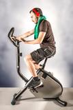 ragazzo che si allena pedalando in cyclette
