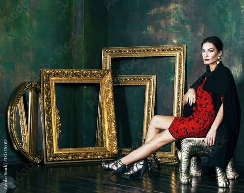 Billede beauty rich brunette woman in luxury interior near empty frames, vintage eleganc