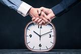 ビジネスマンの握手と時間