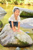 川遊びを楽しむ女の子