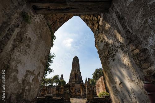 In de dag Wat Phra Ram main Stupa, a towering architecture of Ayutthaya, Thailand
