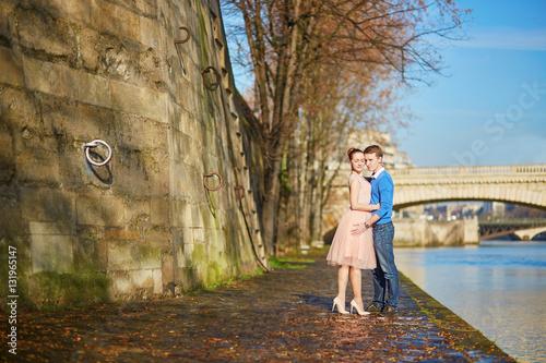 Poster Romantic couple in Paris, France