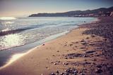 Spiaggia ligure con ciottoli e sabbia all