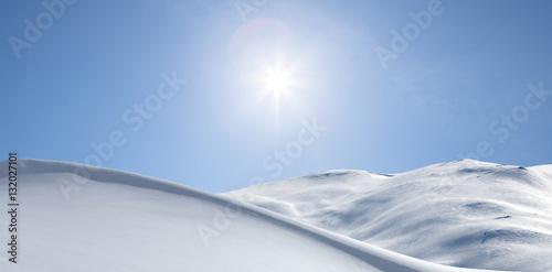 Verschneite Berge im Gegenlicht