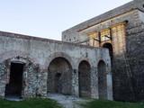 Fuerte de Bellegarde, fortaleza medieval situada sobre la ciudad de Le Perthus, en el departamento de los Pirineos Orientales en la región de Languedoc-Rosellón, al sur de Francia. Diciembre de 2016