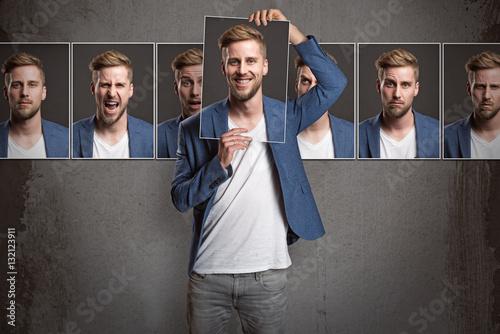 Mann zeigt verschiedene Gesichtsausdrücke