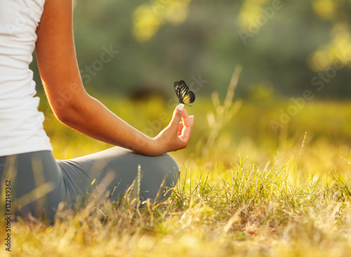 Papiers peints Ecole de Yoga Young woman practicing morning meditation in nature at the park. Health lifestyle concept.