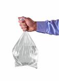 Mano sujetando bolsa con agua potable. Dando de beber.