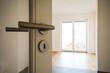 Leinwanddruck Bild - Neubau-Immobilie Umzug in neue Wohnung - Tür in modernes Wohnzimmer