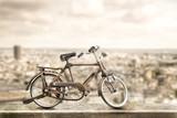 bicicletta vintage sul marciapiede con sfondo di paesaggio urbano