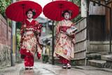 Maiko gejszy chodzenia po ulicy Gion