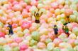 Quadro Schulkinder nehmen ein Bällebad aus Puffreis