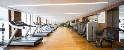 Nowożytny gym wnętrze z equipment.fitness centrum wnętrzem