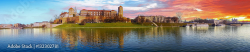 Foto op Aluminium Krakau Famous landmark Wawel castle seen from Vistula at sunrise, Krakow, Poland.