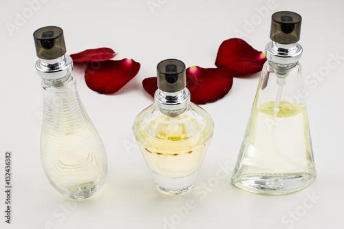 Parfümflaschen und Rosenblätter