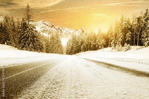 Fotobehang Zwavel geel winter road and cold day