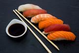Sashimi piatto tipico della cucina giapponese a base di pesce crudo freschissimo servito con rafano grattugiato e salsa di soia.