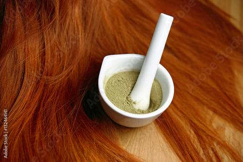 Papiers peints Salon de coiffure Henné plante en poudre pour coloration teinture de cheveux roux avec mèches rousses