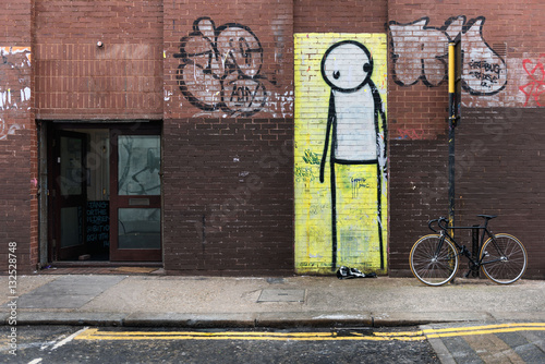 Worried-looking stick-figure street art - 132528748