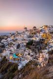 Sonnenuntergang hinter Oia, Santorini, Griechenland - 132573360