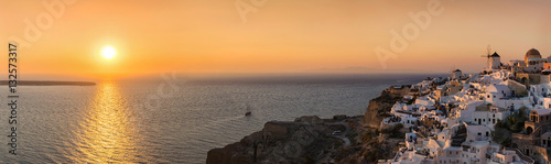 Foto op Canvas Santorini Panorama Blick auf Oia, Santorini, bei Sonnenuntergang