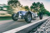 Fototapety historischer Straßenrennwagen in voller Fahrt